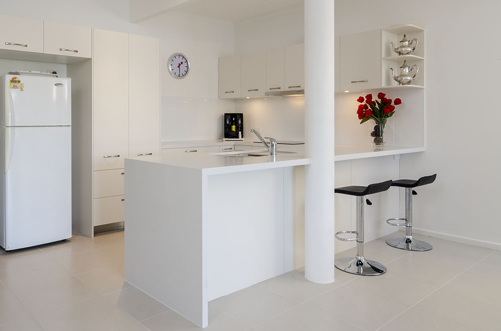 White kitchen and red roses